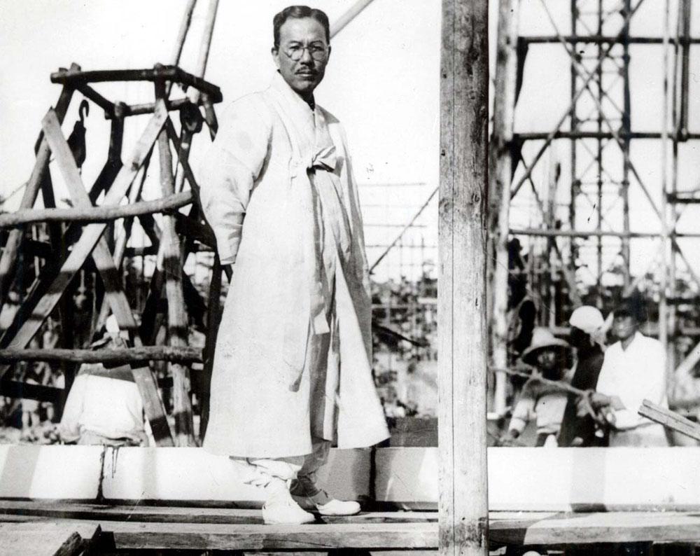 1934년 보성전문학교(고려대 전신)본관 신축공사장을 둘러보는 인촌