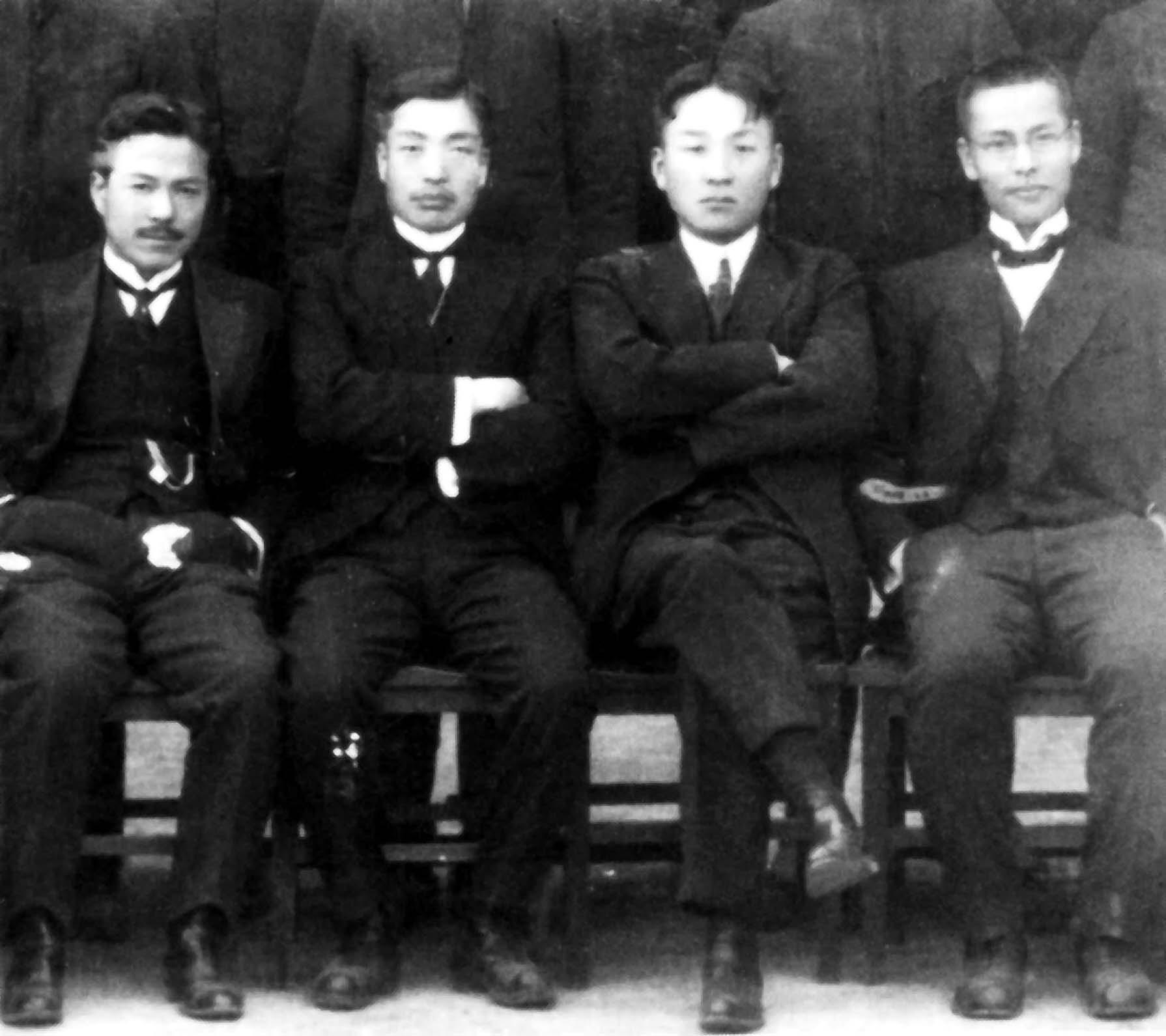 1922년3월18일 中央高普 제1회 졸업기념사진. 왼쪽부터 김성수, 최두선, 송진우, 현상윤.